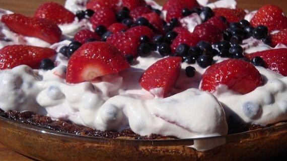 tarta z letnimi owocami i czkoladowymi krowkami