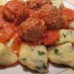 Szpinakowe kopytka z klopsikami w sosie pomidorowym