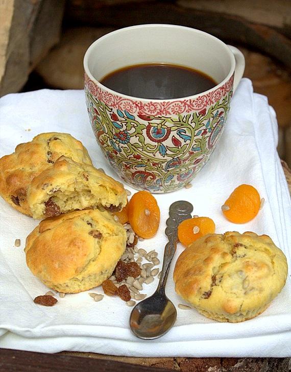 Muffinki śniadaniowe z morelami, rodzunkami i słonecznikiem
