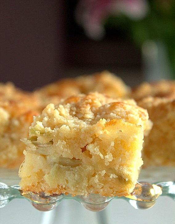 ciasto ucierane z migdałami i rabarbarem