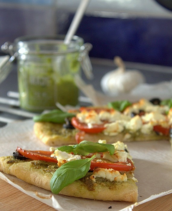 pizza z pesto i pomidorami