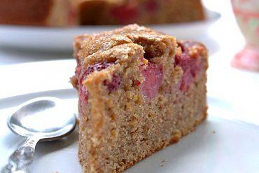 ciasto-ucierane-cynamonowo-migdalowe-z-truskawkami