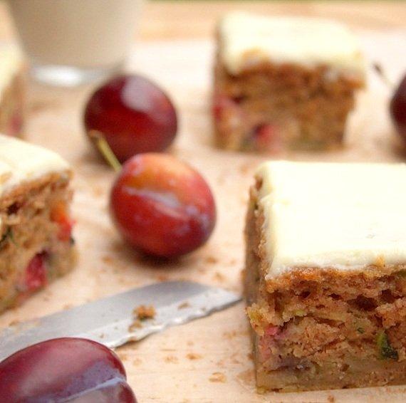 ciasto ucierane z cukinią i śliwkami