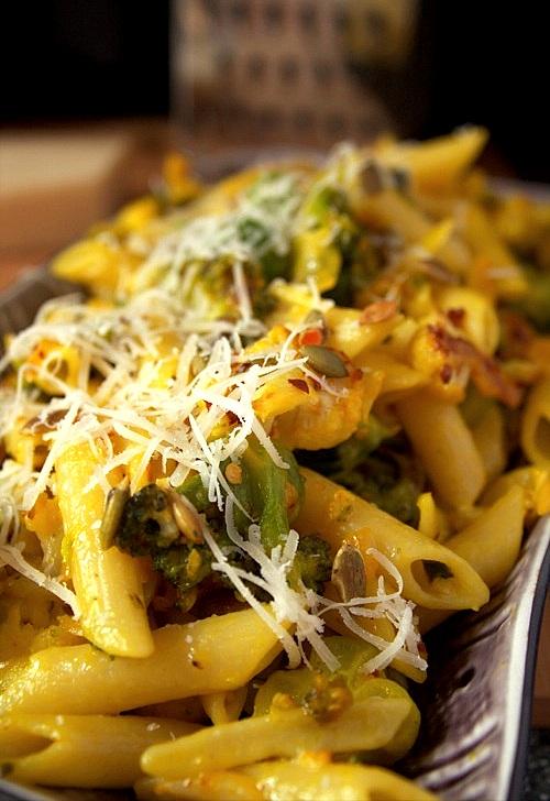 makaron z kalafiorem i brokułami w szafranowym sosie