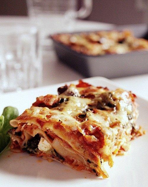 wegetariańskie lasagne ze szpinakiem i feta