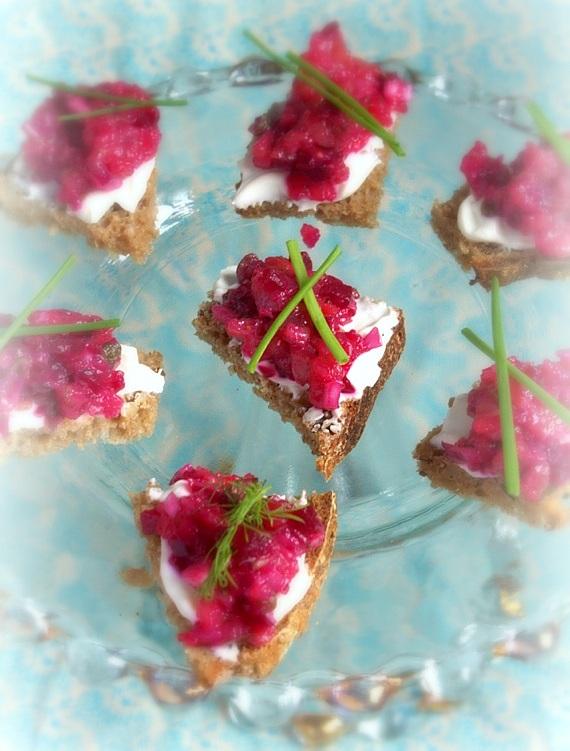 mini kanapki z lososiowym tatarem