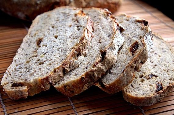 chleb levain ze śliwkami