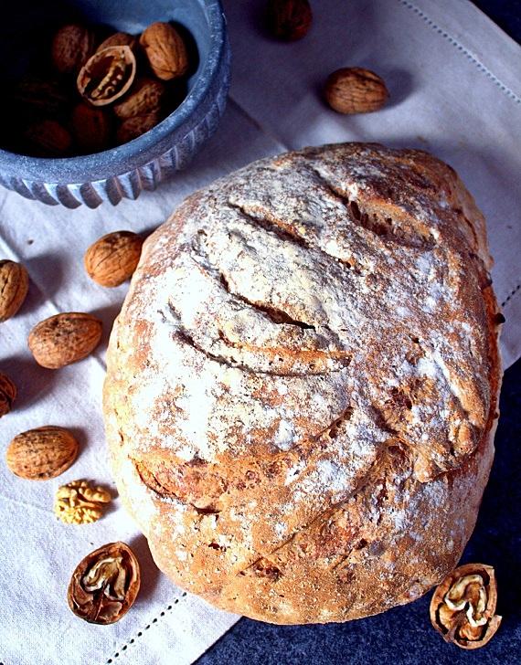 chleb na zakwasie z włoskimi orzechami