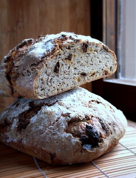 chleb na zakwasie ze śliwkami