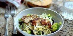 pierś z kurczaka i makaron portabello z brokułami