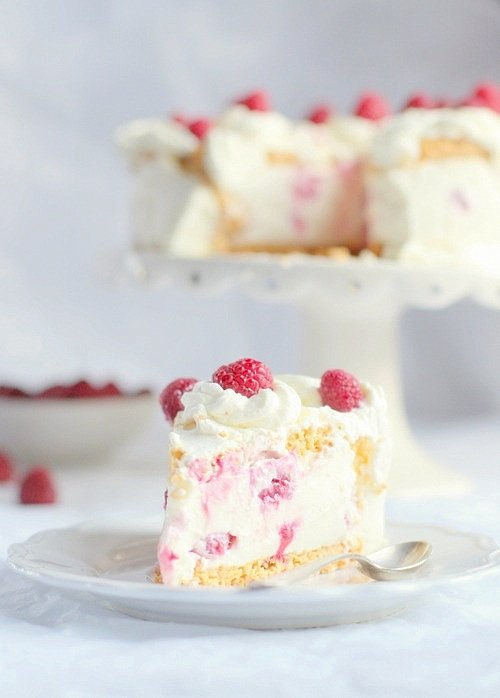 tort migdałowo bezowy z malinami