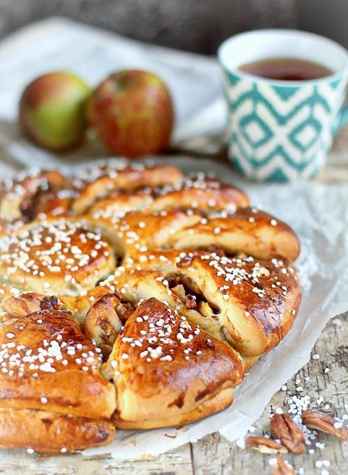wieniec drożdżowy z jabłkami i orzechami pekan