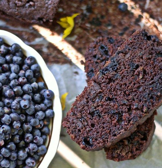 przepis ciasto czekoladowe z cukinią i jagodami