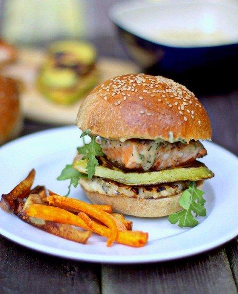 Burger z łososia awokado i ananasa