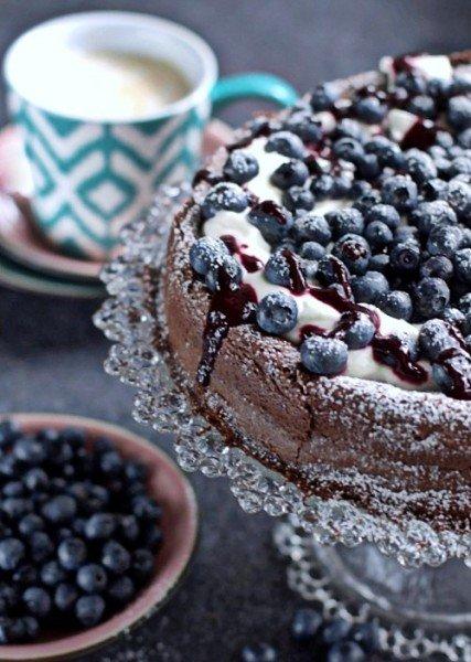 ciasto czekoladowe z kremem jogurtowym i borówkami
