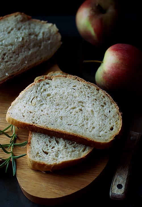 chleb z jablkami i rozmarynem