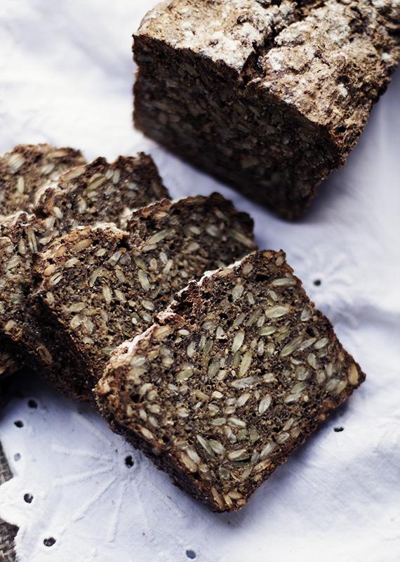 chleb żytni z nasionami