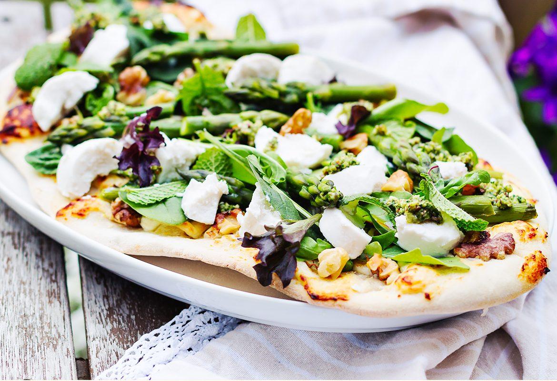 pizza bianco z pesto i szparagami