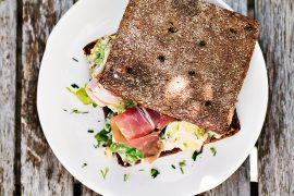 kanapka z sałatka ziemniaczana