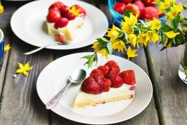 ciasto z cytrynowym kremem i truskawkami