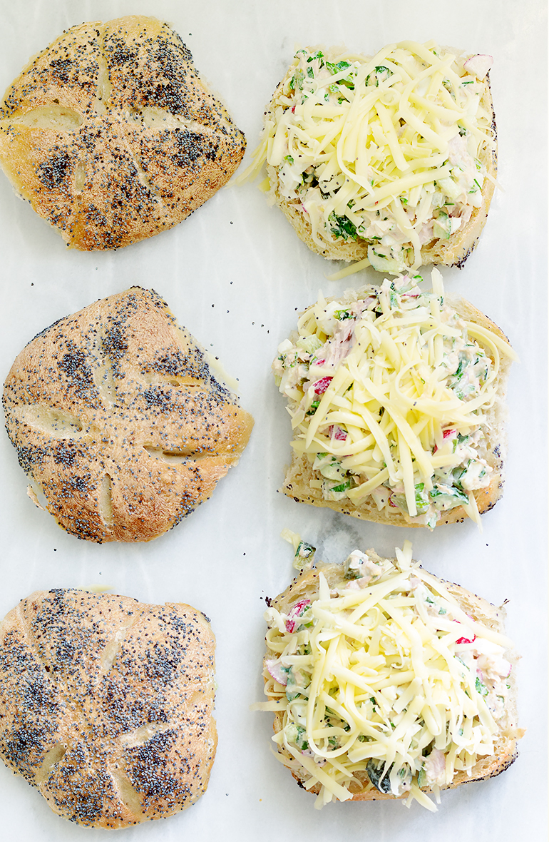 kanapka z sałatką z tuńczyka