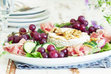 salatka z camembert i prosciutto