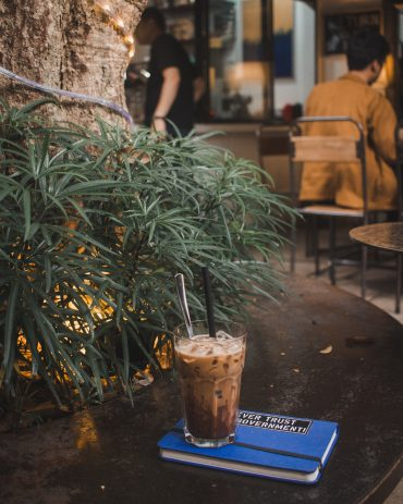 mrozona-kawa-w-wysokiej-szklance