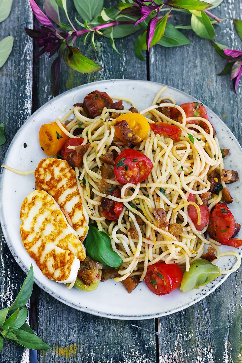 spaghetti pomidory halloumi