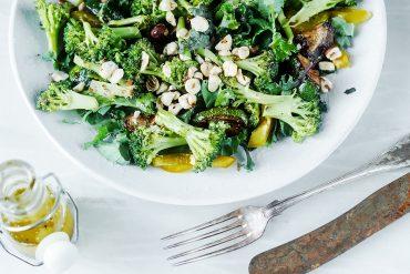 sałatka brokułowa z jarmużem