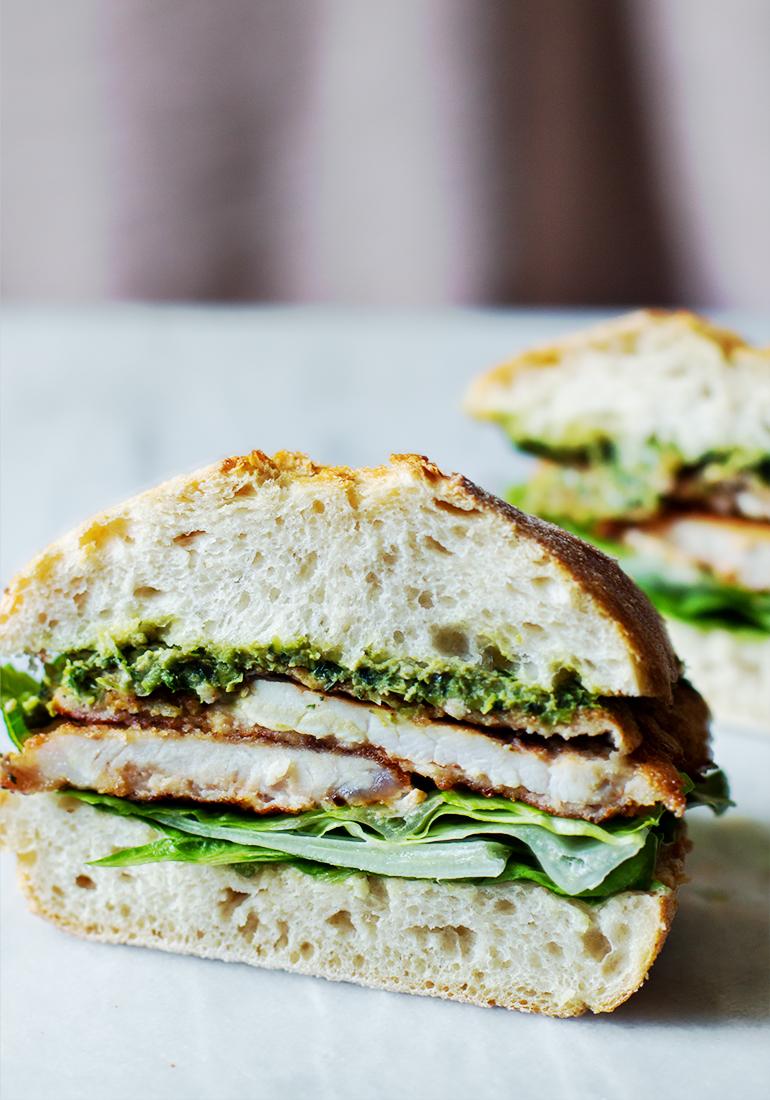 kanapka ze schabowym i pesto