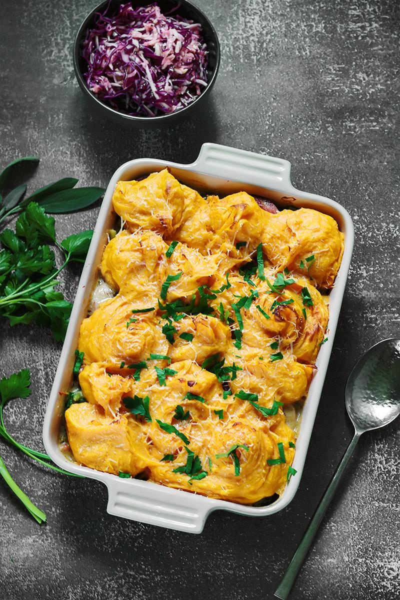 zapiekanka warzywna z kiełbasą tani obiad kiełbasa szałwia sos codojedzenia